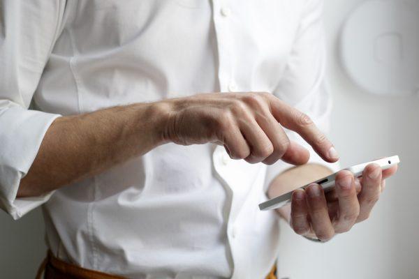 Homme souhaitant changer d'opérateur pour son smartphone