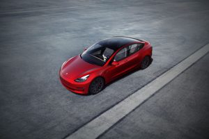 Tesla Model 3 de couleur rouge