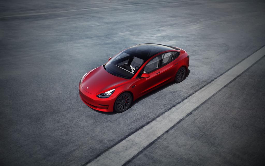 Tesla Model 3 de couleur rouge