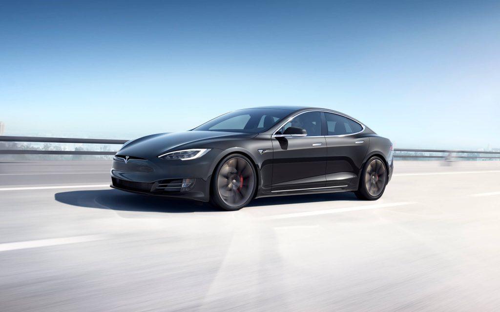Tesla Model S qui circule sur la route