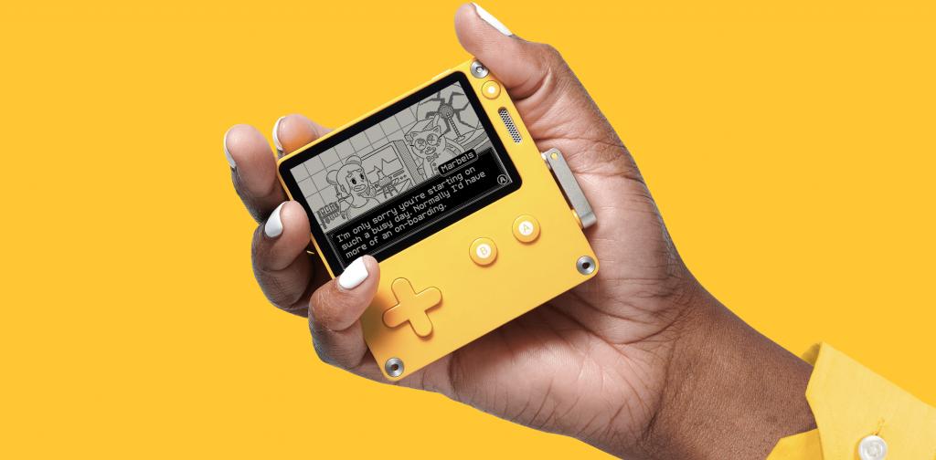 Un joueur tient la nouvelle console Playdate de Panic dans sa main